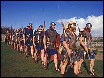Ejército a la usanza romana marchando.