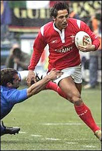 Gavin Henson being grabbed by an Italy player