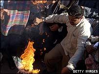Baghdad protesters burn the Jordanian flag