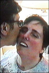 Terri Schiavo recibe un beso de su madre Mary Schindler (imagen de un video de la familia Schindler, 2001).