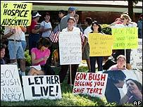 Manifestantes en contra de la eutanasia