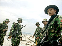 Indonesian soldiers patrol the road from Banda Aceh to points on Aceh's west coast, 21/02/2005
