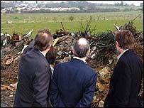 Tory leader Michael Howard  views a travellers' camp