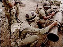 Soldados peruanos durante el conflicto con Ecuador en 1995, AP