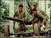 Soldados peruanos en la frontera con Ecuador, 1995
