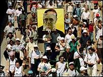 Marcha en El Salvador con la imagen de monseñor Romero