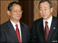 South Korean Foreign Minister Ban Ki-moon (R) shakes hands with his Japanese counterpart Nobutaka Machimura prior to their meeting in Tokyo, 27 October 2005.