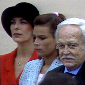 Rainiero de Mónaco y sus hijas Carolina y Estefanía, en 1997