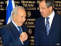 Israeli Vice-Prime Minister Shimon Peres (L) meets Russia's Sergei Lavrov