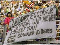 """Seguidores de Andrés Escobar exhiben una pancarta que dice en inglés """"Colombia nunca te olvidará"""". Foto cortesía de Allsport"""