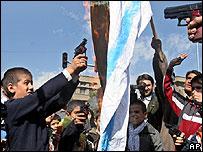 Niños iraníes queman una bandera israelí
