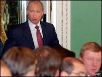Путин входит на встречу с российскими предпринимателями