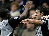 Simon Davies (r) celebrates scoring Everton's winner