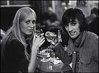 George Best con una de sus novias.