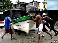 Sailors try to save their boat in Puerto Cabezas