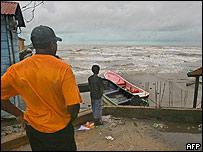 Poblador de Puerto Cabezas, Nicaragua, ve los destrozos causados por el huracán Beta.