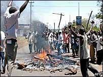'No' supporters blocking the main Kisumu-Nairobi road