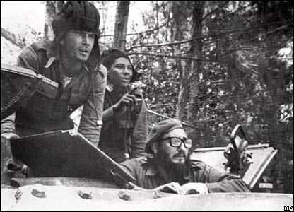 Fidel Castro, (abajo a la derecha) en Playa Gir�n, Cuba, durante la invasi�n en Bah�a de Cochinos.