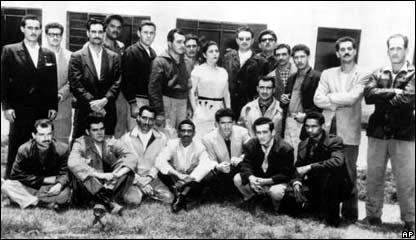 Фидель Кастро в группе кубинцев, арестованных за мятеж против режима военного диктатора Кубы Фульхенсио Батисты. Че Гевара - второй слева