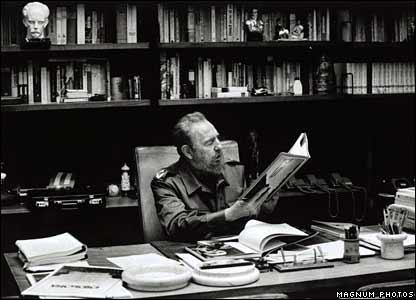 Кастро в своем кабинете в 2001 году