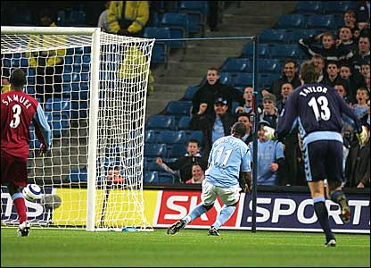 Aston Villa's Jlloyd Samuel and replacement keeper Stuart Taylor conspire to offer Darius Vassell an open goal