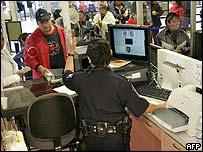 Inmigrantes en una oficina enviando dinero a sus familias