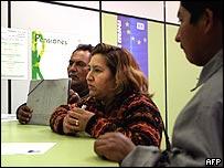 Inmigrantes en una oficina en Espa�a