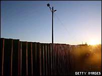 Barrera fronteriza entre México y California.