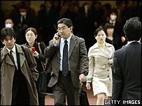يابانيون في طريقهم للعمل