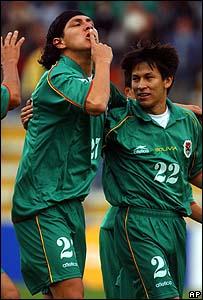 Diego Cabrera celebra el gol de Joselito Vaca en Bolivia.