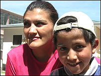 Carlos Patricio junto a su mam�, detenida en el Centro de Orientaci�n Femenino de Obrajes , Bolivia.
