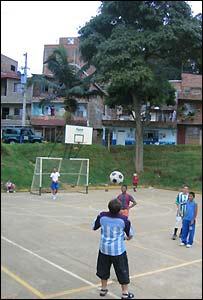 Jóvenes colombianos jugando al fútbol