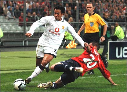 Manchester United's Kieran Richardson is tackled by Gregory Tafforeau of Lille