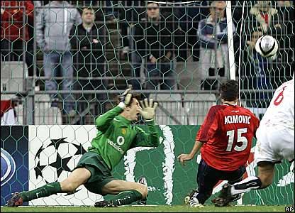 Edwin Van der Sar fails to save Milenko Acimovic's shot
