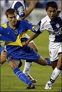 Rodrigo Palacios (izq) de Boca Juniors se enfrenta a Jaime Correa de Pachuca de M�xico por la Copa LIbertadores