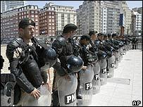 Miles de policías resguardan la Cumbre de las Américas.