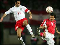 Ryan Giggs wins a challenge ahead of Martin Stranzl
