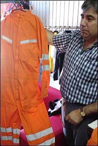 Raimundo Espinoza muestra un traje confeccionado por él en la cárcel.