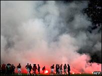 Disturbios en el campo de juego durante un partido del AC Milan, en abril de 2005.