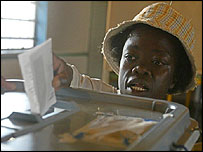 Woman votes in Harare