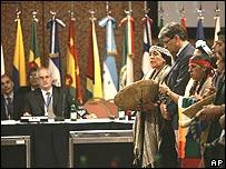 Indígenas chilenos cantan en el encuentro de Ministros de Exterior, Cumbre de las Américas.