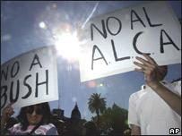 Protestantes contra el ALCA en la IV Cumbre de las Américas.