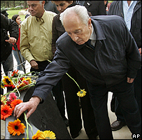 Shimon Peres lays flowers on Rabin's grave