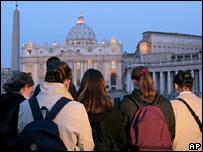 Fieles junto a la Plaza de San Pedro, en Roma.