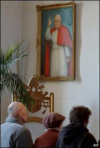 Polacos rezan por el Papa Juan Pablo II.