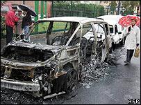 Auto incendiado durante los disturbios.