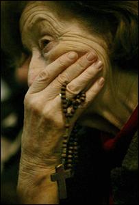 Se�ora sosteniendo un rosario