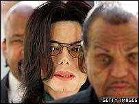 Michael Jackson (centre), between bodyguard and father Joe Jackson