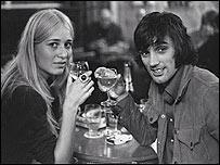 George Best con una novia danesa en la d�cada de los 60.