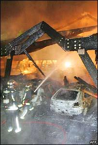 Bomberos intentan controlar las llamas.